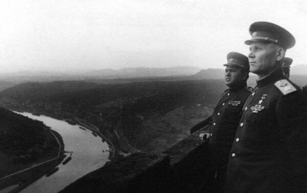 El comandante de las tropas del 1 Frente Ucraniano, Iván Konev, con el miembro del Consejo Militar del Frente Konstantín Krainiukov en la fortaleza de Konigstein. - Sputnik Mundo