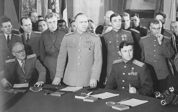 El mariscal de la URSS Gueorgui Zhukov abre una ceremonia el 5 de junio de 1945 durante la que se firmó la Declaración de Berlín, en la que EEUU, la URSS, el Reino Unido y Francia asumieron conjuntamente la autoridad suprema sobre el territorio alemán. - Sputnik Mundo