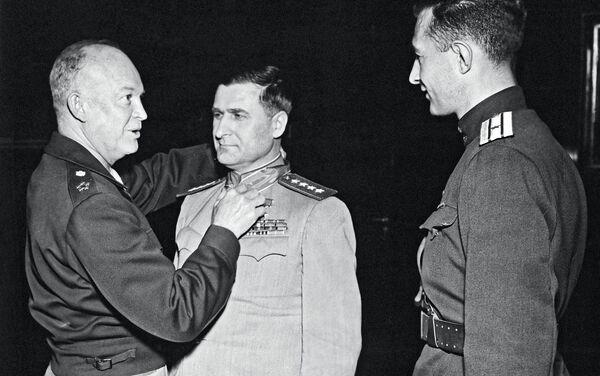 El general estadounidense Dwight Eisenhower galardona a su colega soviético Vasili Sokolovski con la distinción militar de la Legión al Mérito, que ocupa el sexto lugar en el orden de importancia en EEUU. - Sputnik Mundo