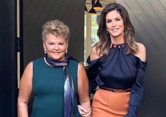 La supermodelo Cindy Crawford junto a su madre