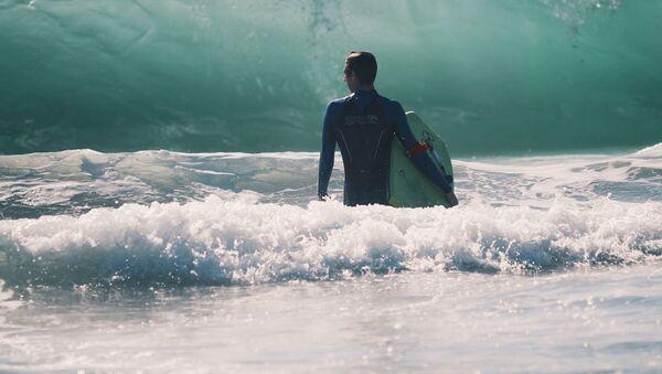 Un surfista, referencial - Sputnik Mundo