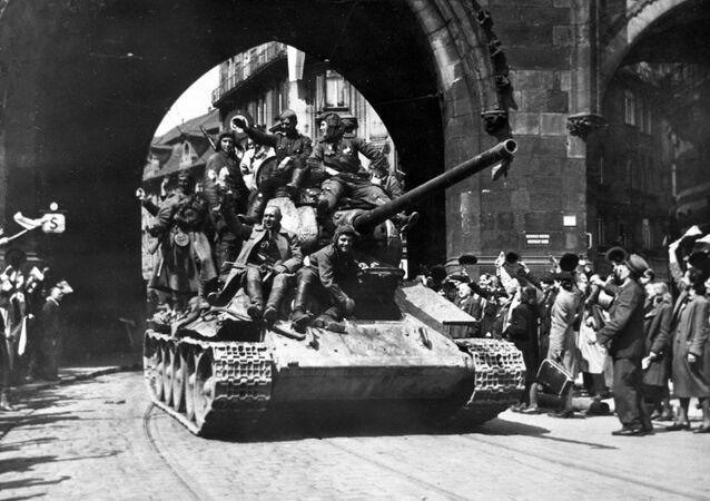 Los residentes de Praga dan bienvenida a los soldados soviéticos que liberaron a la capital checa de las tropas nazis