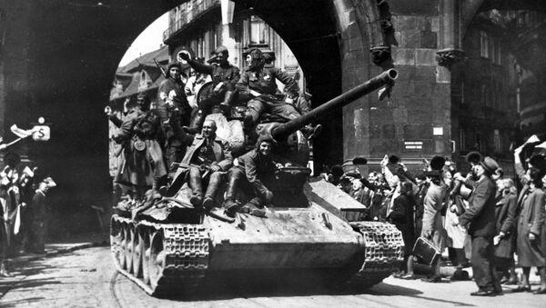 Los residentes de Praga dan bienvenida a los soldados soviéticos que liberaron la capital checa de las tropas nazis   - Sputnik Mundo