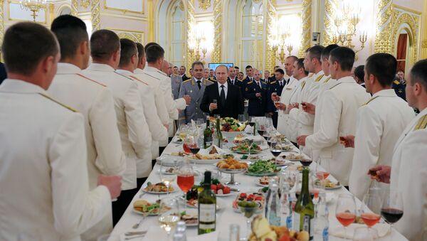 Un banquete en el Kremlin con la participación del presidente ruso, Vladímir Putin, y el ministro de Defensa, Serguéi Shoigú - Sputnik Mundo
