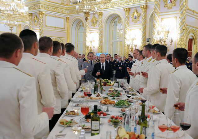Un banquete en el Kremlin con la participación del presidente ruso, Vladímir Putin, y el ministro de Defensa, Serguéi Shoigú