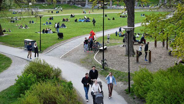 Los habitantes de Estocolmo pasean en un parque durante la epidemia de coronavirus - Sputnik Mundo
