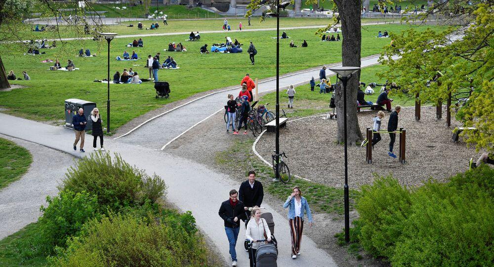 Los habitantes de Estocolmo pasean en un parque durante la epidemia de coronavirus