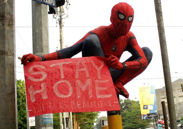 Un voluntario disfrazado de Spiderman tratando de evitar el contagio por coronavirus