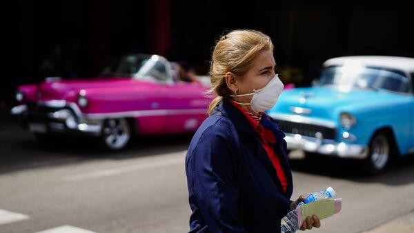 Una mujer con la mascarilla en La Habana - Sputnik Mundo