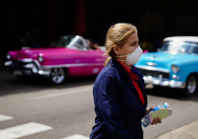 Una mujer con la mascarilla en La Habana