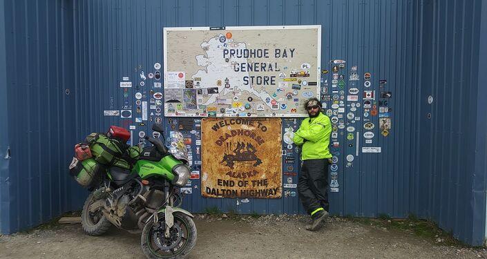El MotoNauta en el Campamento Dead Horse en Prudhoe Bay (el Everest de los motociclistas de aventura) a orillas del océano Ártico