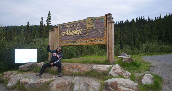 El MotoNauta en Alcan, en el cartel de bienvenida que está al salir de los territorios del norte de Canadá y entrar a Alaska, en la frontera con Yukon