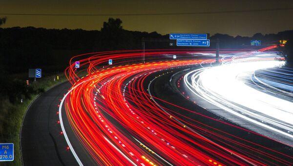Una carretera nocturna, imagen ilustrativa - Sputnik Mundo