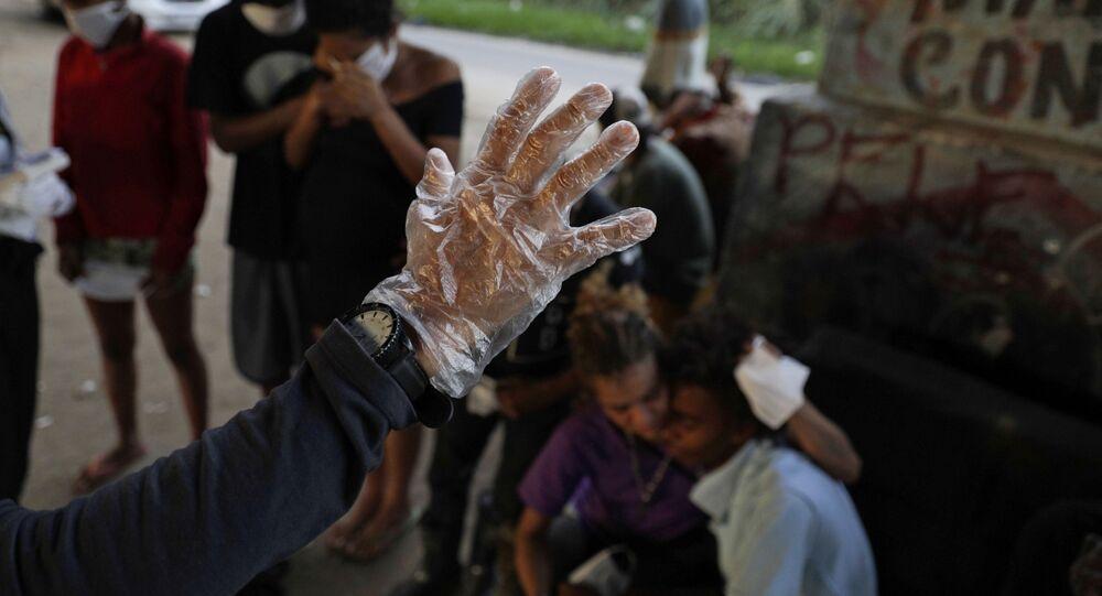 Una mano con un guante protector