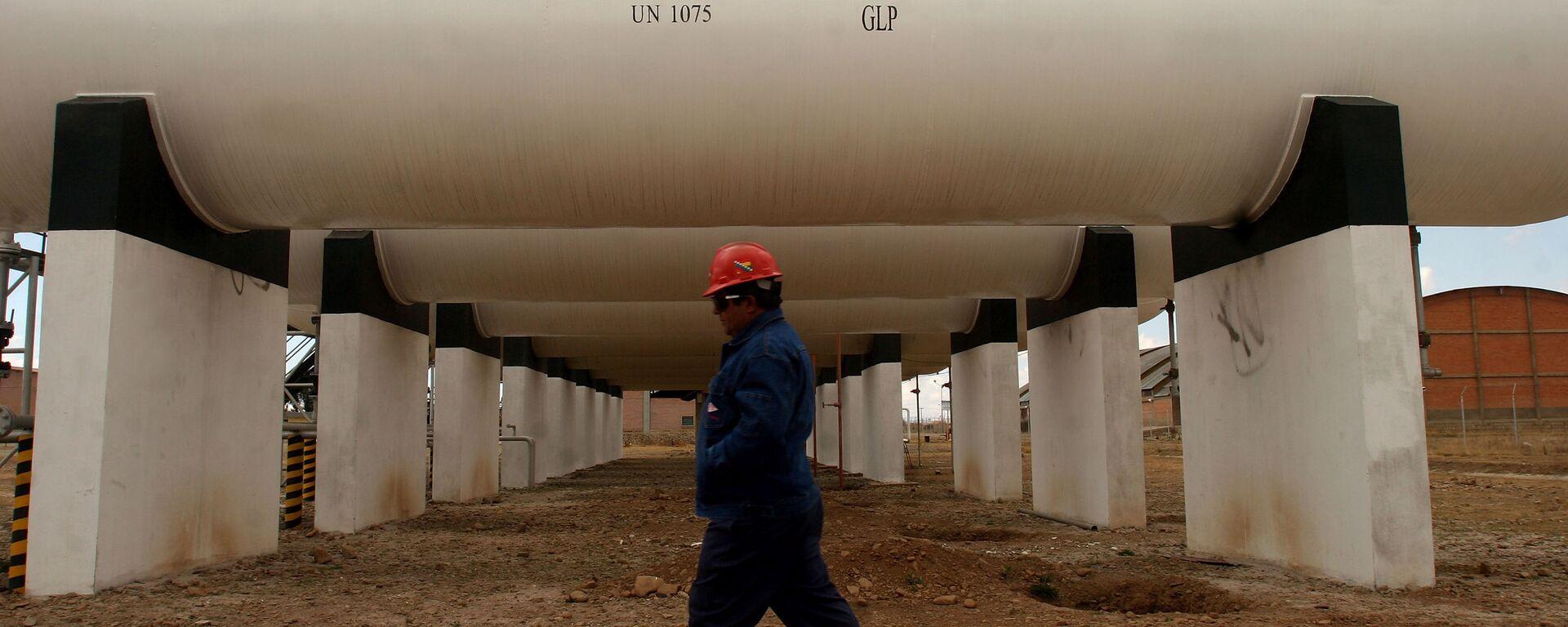 Un trabajador de la petrolera boliviana YPFB  - Sputnik Mundo, 1920, 04.01.2021