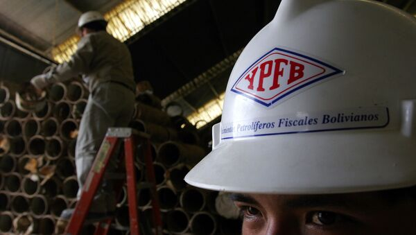 Un trabajador de la petrolera boliviana YPFB  - Sputnik Mundo