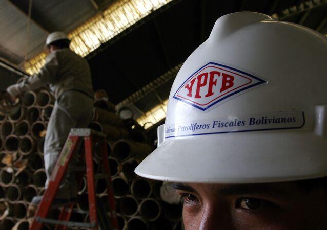 Un trabajador de la petrolera boliviana YPFB