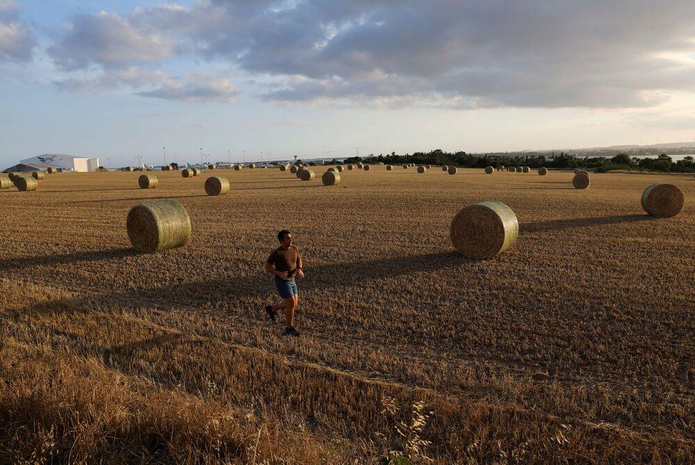 Los ciudadanos todavía tienen que seguir las reglas de distanciamiento social para mantener la epidemia bajo control. En la foto: un hombre haciendo 'jogging' después de que se suavizase la cuarentena en Chipre.
