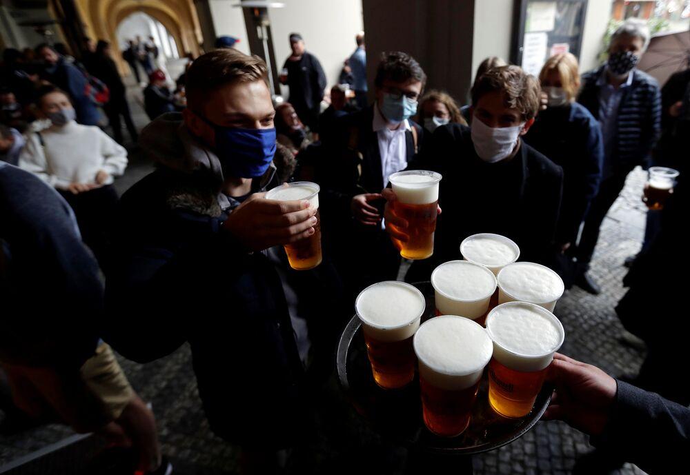 Un bar de Praga que se abrió después de que se suavizase la cuarentena en Chequia.