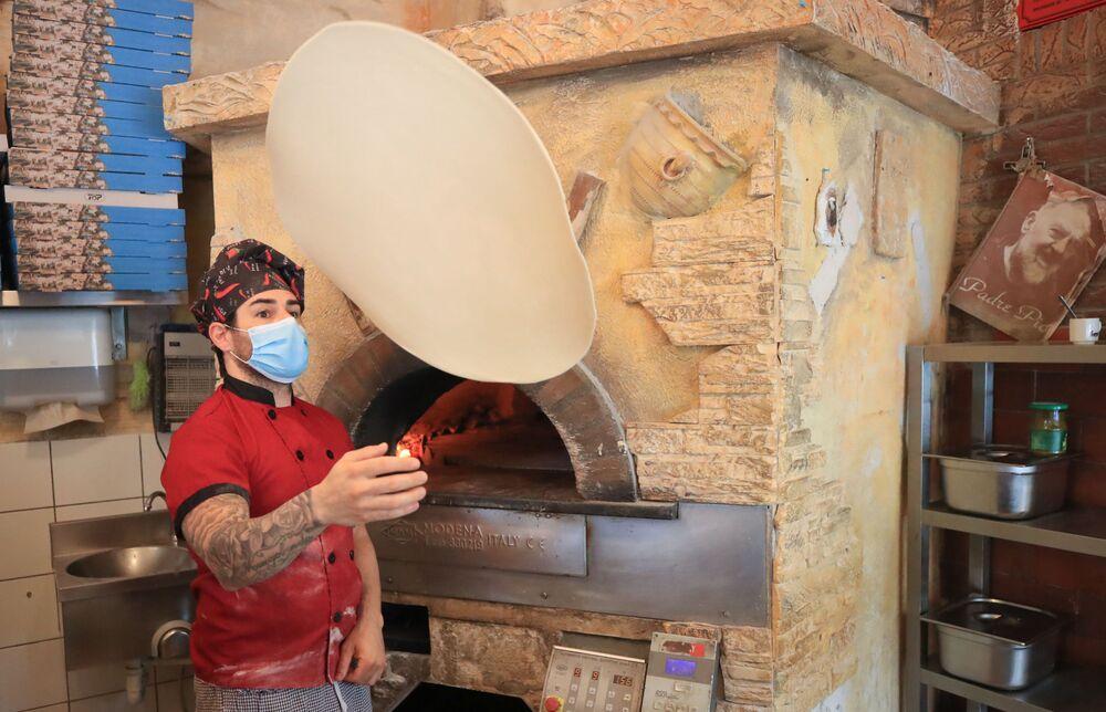 En Alemania, la suavización de la cuarentena comenzó a finales de abril. La canciller Angela Merkel advirtió que se pueden tardar varios meses en volver a la vida cotidiana. En la foto: una pizza se está cocinando en un restaurante de Bonn.