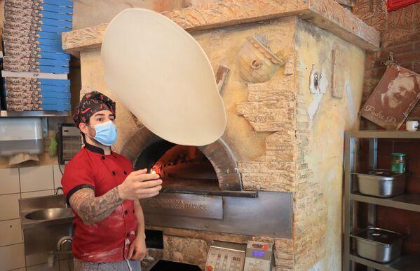 Приготовление пиццы в ресторане после облегчения карантинных мер в Германии - Sputnik Mundo