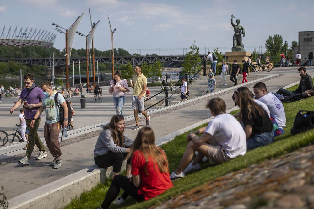 En Polonia, el acceso a los parques y bosques se abrió el 20 de abril. En la foto: residentes de Varsovia en la orilla del río Vístula después de que se suavizaran las medidas de cuarentena en Polonia.