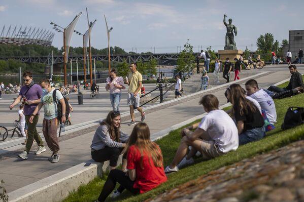 Жители Варшавы на берегу реки Вислы в Польше  - Sputnik Mundo