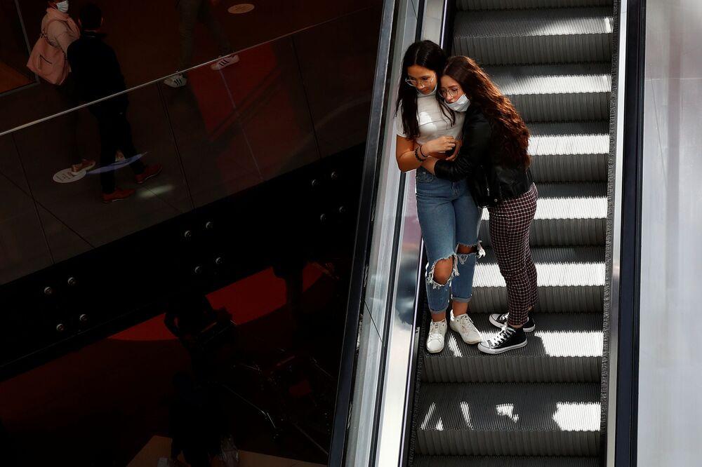 Chicas en uno de los centros comerciales de Bruselas tras la suavización de las medidas de cuarentena en Bélgica.