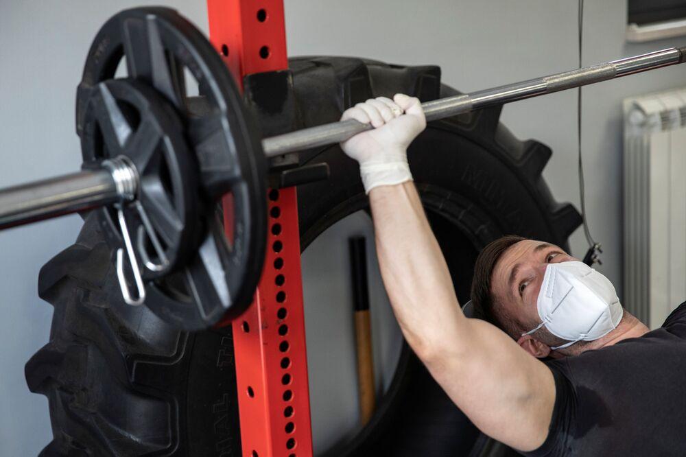 Un residente de Belgrado en un gimnasio tras la suavización de las medidas de cuarentena en Serbia.