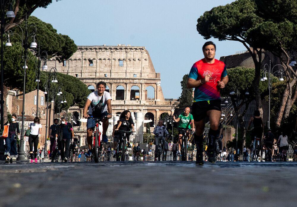 Los habitantes de Roma practican deporte en el centro de la ciudad después de la suavización de la cuarentena en Italia.
