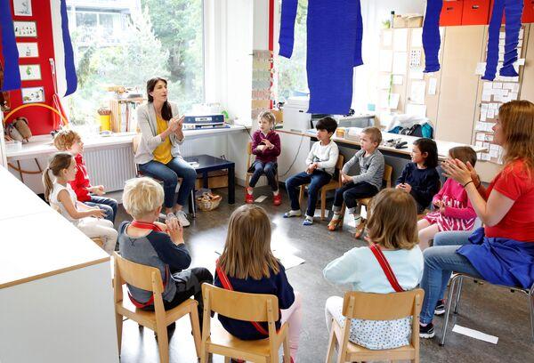 Дети в детском саду после облегчения карантинных мер в Швейцарии  - Sputnik Mundo