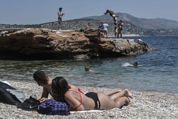 Отдыхающие на пляже в Афинах - Sputnik Mundo
