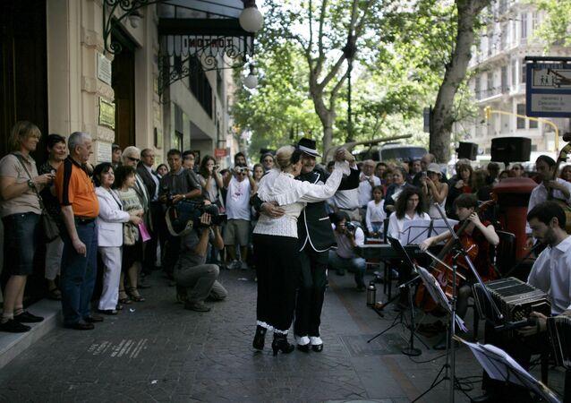 Una pareja baila tango en las calles de Buenos Aires (archivo)