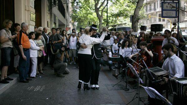Una pareja baila tango en las calles de Buenos Aires - Sputnik Mundo