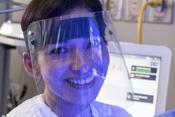 A nurse wears a face shield at the Neonatology unit of the Mexico Hospital in San Jose - Sputnik Mundo