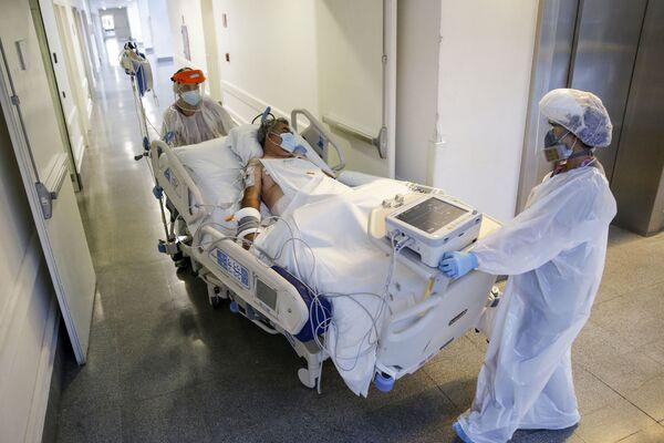 Nurses from the Critical Patients Unit transfer a patient infected with COVID-19 at El Carmen Hospital, in Santiago - Sputnik Mundo