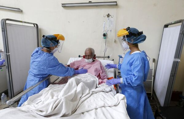 90 year-old Valerio Santa Cruz, moments before being discharged from the Dos de Mayo State Hospital in Lima - Sputnik Mundo