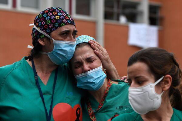 Healthcare workers ackwoledge applause in memory of their co-worker Esteban - Sputnik Mundo