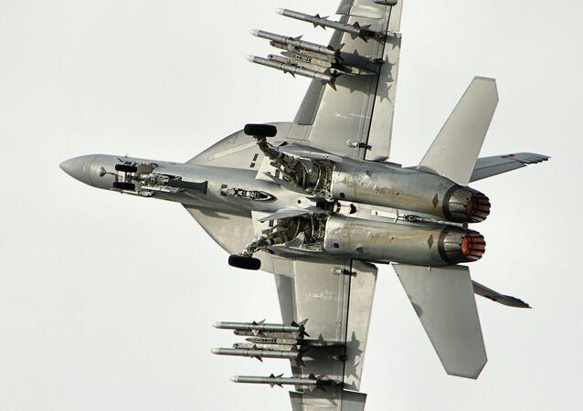 Un caza F/A-18, foto de archivo
