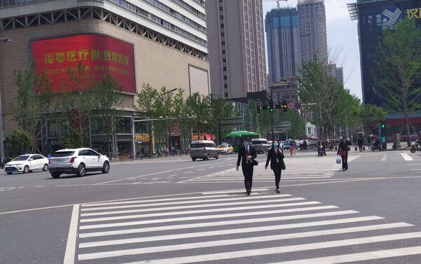 El levantamiento de la cuarentena en Wuhan, China - Sputnik Mundo