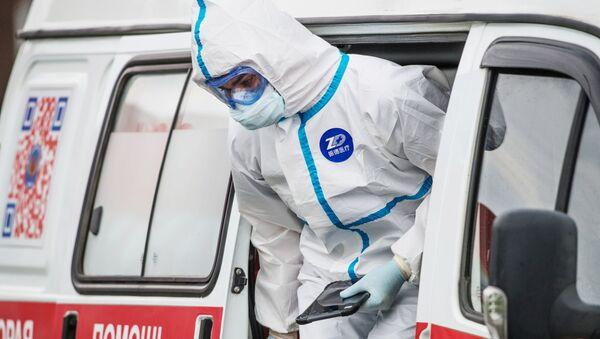Médico ruso en un traje de protección - Sputnik Mundo