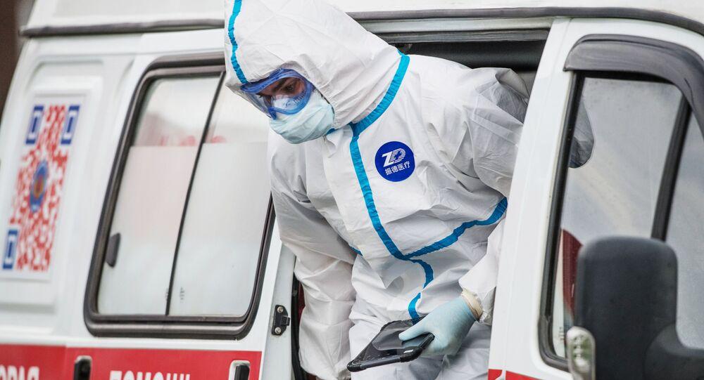 Médico ruso en un traje de protección