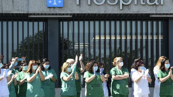 Sanitarios aplaudiendo en el Hospital Universitario de A Coruña - Sputnik Mundo
