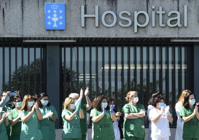 Sanitarios aplaudiendo en el Hospital Universitario de A Coruña