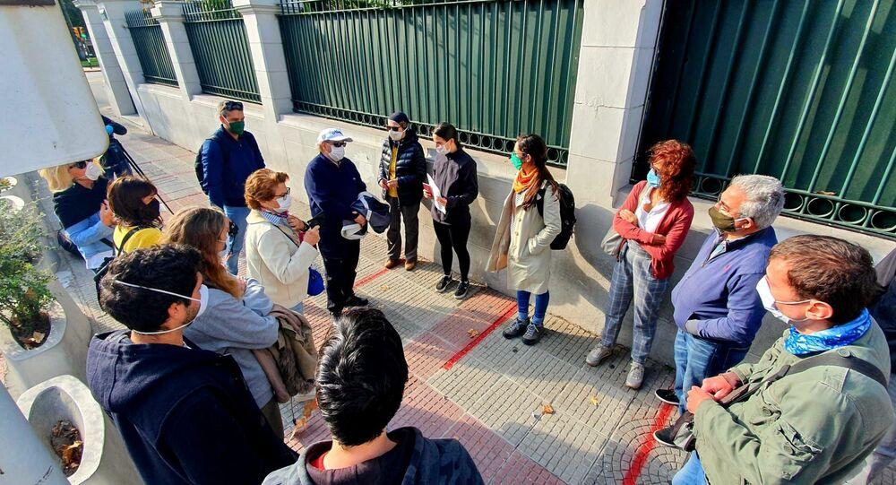 Ciudadanos  españoles varados en Uruguay se concentran frente a la Embajada de España en Montevideo