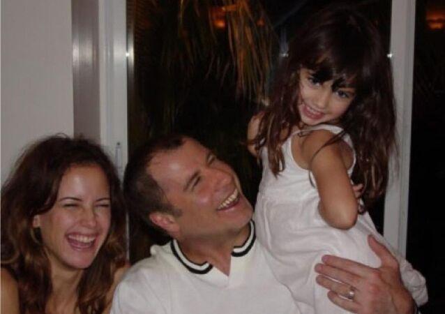 John Travolta con su hija y esposa