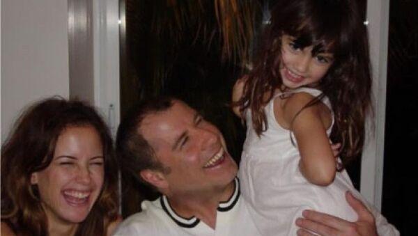 John Travolta con su hija y esposa - Sputnik Mundo