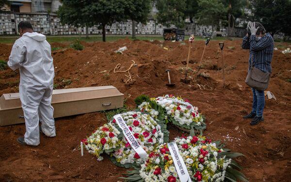 Familia y amigos durante el entierro de Janete Da Silva, fallecida por coronavirus, en el Cementerio de Vila Formosa. San Pablo, Brasil.  - Sputnik Mundo