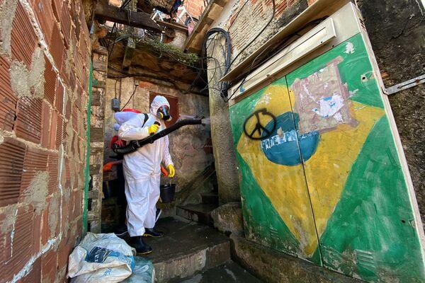 Limpieza sanitaria en la favela Santa Marta, con equipamiento autogestionado por los hermanos Thiago y Tande Firmino, habitantes de la comunidad. Río de Janeiro, Brasil.  - Sputnik Mundo