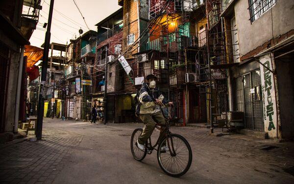 Hombre en bicicleta en la Villa 31, uno de los barrios de emergencia más grandes y el más céntrico de Buenos Aires, Argentina.  - Sputnik Mundo